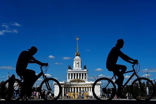 Велосипедисты на ВДНХ в Москве