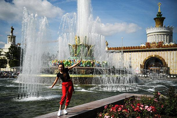 Женщина у фонтана на ВДНХ в Москве