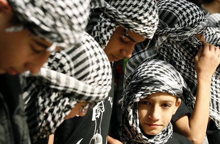 Палестинская молодежь во время митинга в ливанском городе Сидон