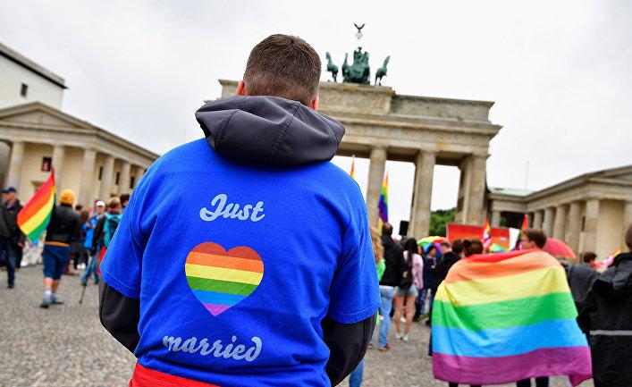 Участники акции протеста за однополые браки перед Бранденбургскими воротами в Берлине
