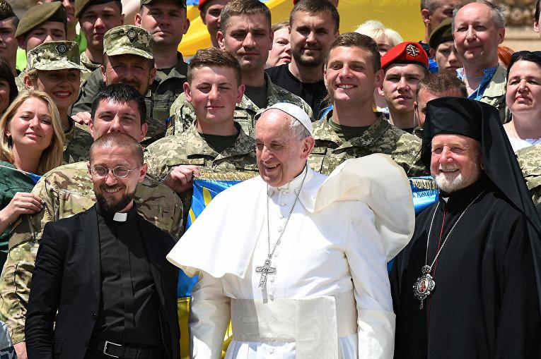 Папа Римский Франциск позирует с украинскими военными на площади Святого Петра в Ватикане