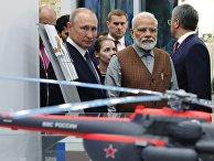 Президент РФ Владимир Путин и премьер-министр Индии Нарендра Моди во время посещения выставки в рамках V Восточного экономического форума