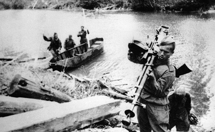 Бойцы Красной Армии переправляются через реку