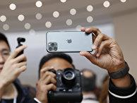 Посетители фотографируют новый Айфон 11 Про