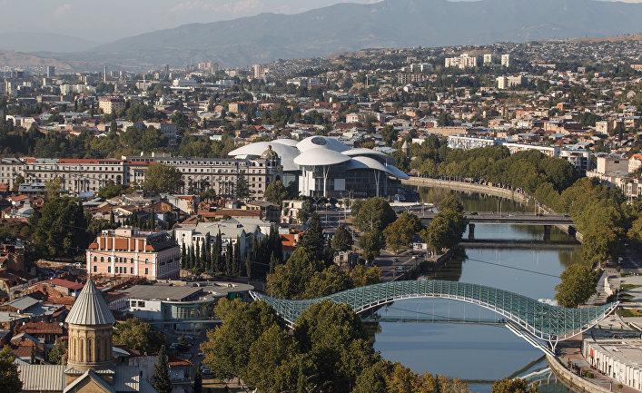 Вид на мост Мира и Дом Юстиции в Тбилиси