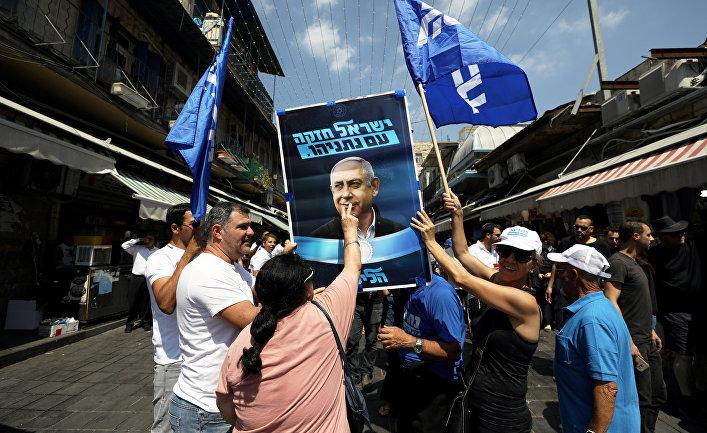 Сторонники партии Ликуд с портретом Биньямина Нетаньяху