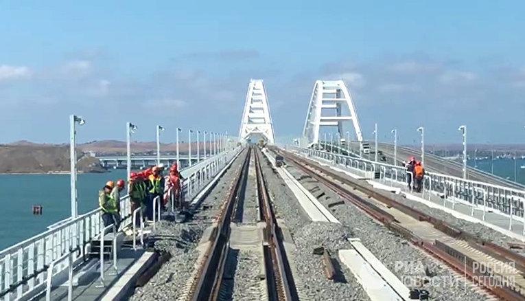 Тепловоз проехал в тестовом режиме по ж/д части Крымского моста