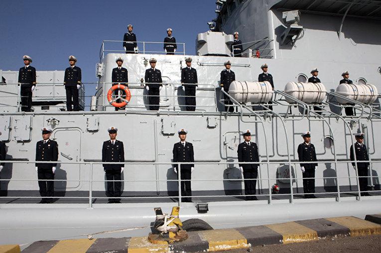 Китайские офицеры на борту эсминца Harbin