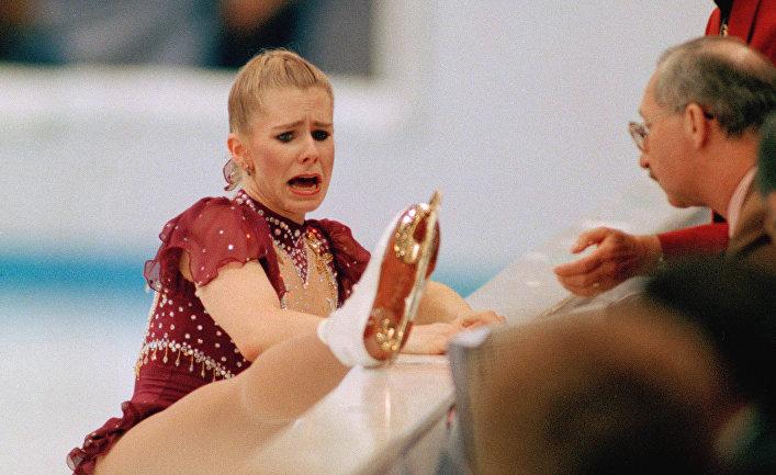 Американская фигуристка Тоня Хардинг плачет, вынужденная прервать выступление на Олимпийских играх 1994 года