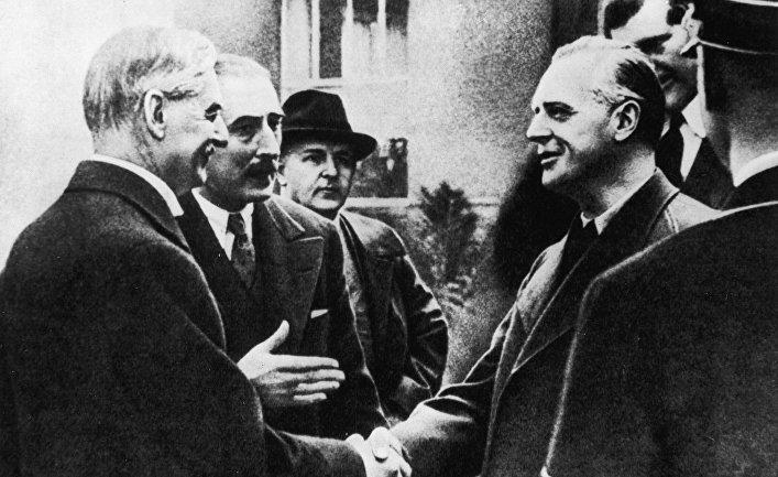 Премьер-министр Великобритании Невилл Чемберлен прибыл в Мюнхен для подписания соглашение 1938 года о разделе Чехословакии.