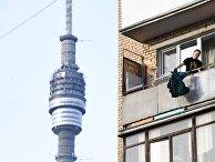 Женщина балконе жилого дома в Москве