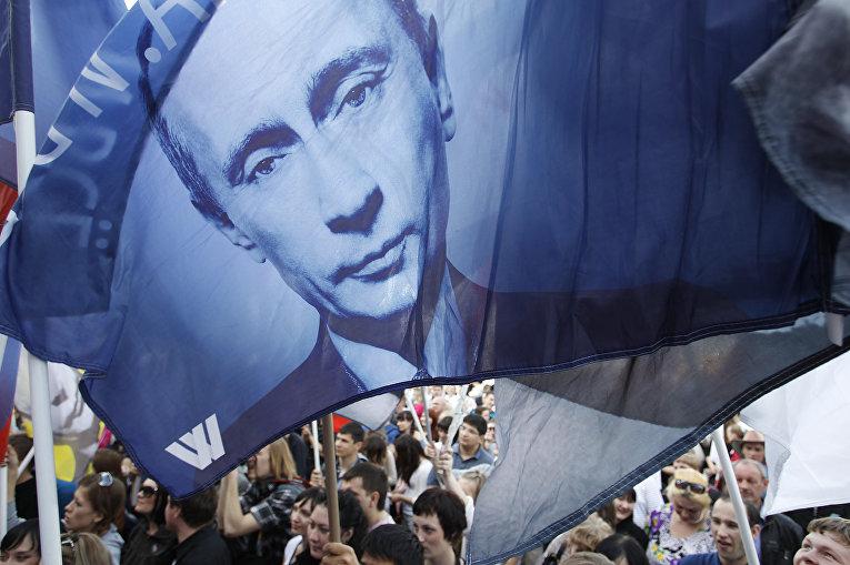 Сторонники Владимира Путина во время митинга накануне его инаугурации в Москве