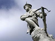 Скульптура Швейцарского национального героя Вильгельма Телля с арбалетом в руках в Лозанне
