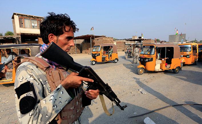 Афганский полицейский на КПП в Джелалабаде