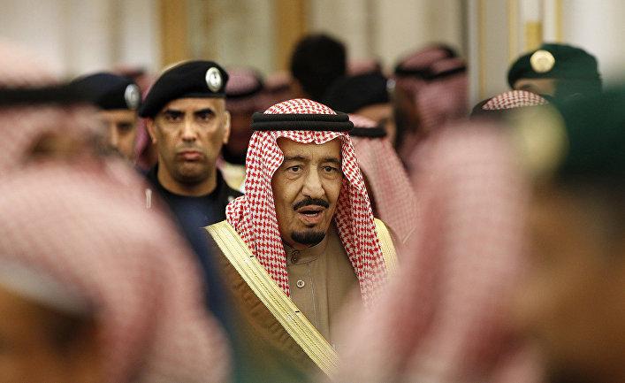 Король Саудовской Аравии Салман и его телохранитель генерал-майор Абдулазиз Аль-Фагам