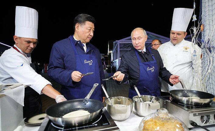Президент РФ Владимир Путин и председатель КНР Си Цзиньпин во время посещения выставки в рамках ВЭФ на острове Русский.