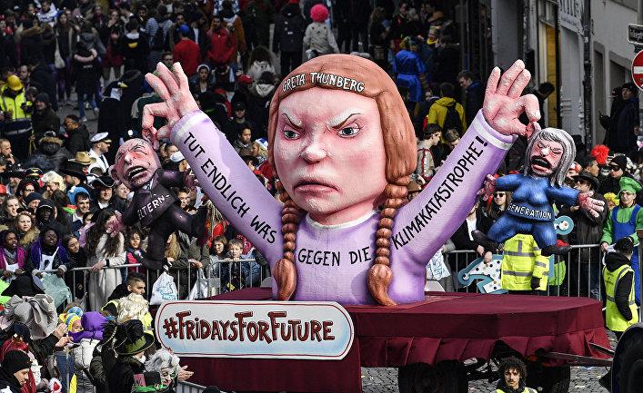 Участники традиционного карнавального парада в Дюссельдорфе, Германия