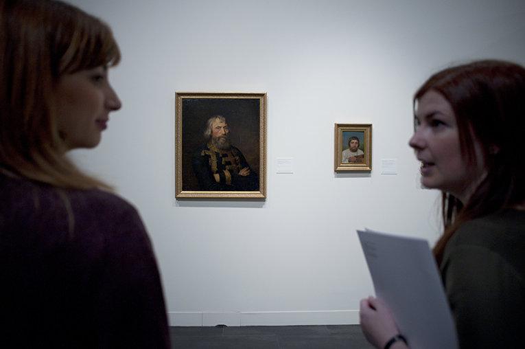 Посетители выставки в Малаге, Испания