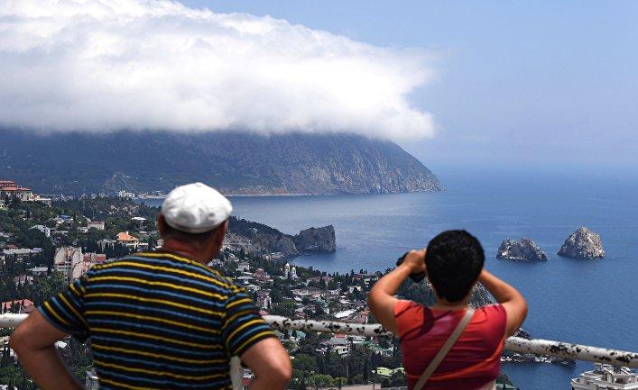 Туристы фотографируют гору Аю-Даг.