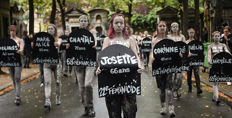 Активистки движения Femen во время акции протеста на кладбище Монпарнас в Париже