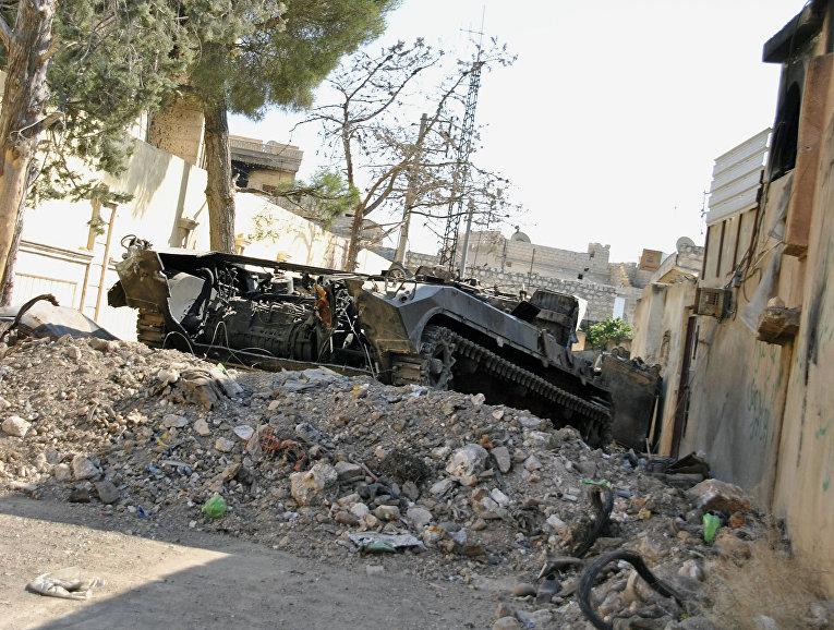 Уничтоженный танк во время боев в сирийском Иблибе