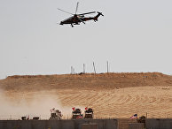 Турецкий военный вертолет во время патрулирования на границе с Сирией