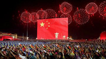 Праздничный салют над площадью Тяньаньмэнь в честь 70-летия основания КНР в Пекине