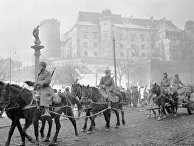 Конная артиллерия Красной армии проходит у стен Вавеля в Кракове, январь 1945 года