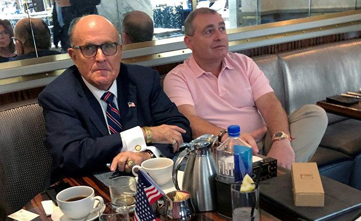 Адвокат президента США Дональда Трампа Руди Джулиани пьет кофе с украинско-американским бизнесменом Львом Парнасом