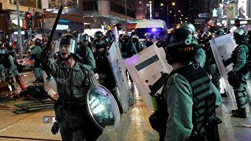 Сотрудники ОМОНа во время антиправительственных протестов в Гонконге