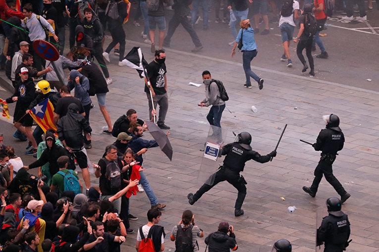Столкновение с полицией в Барселоне, Испания