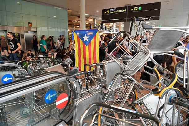 Протестующие заблокировли эскалаторы в аэропорту Эль-Прат в Барселоне