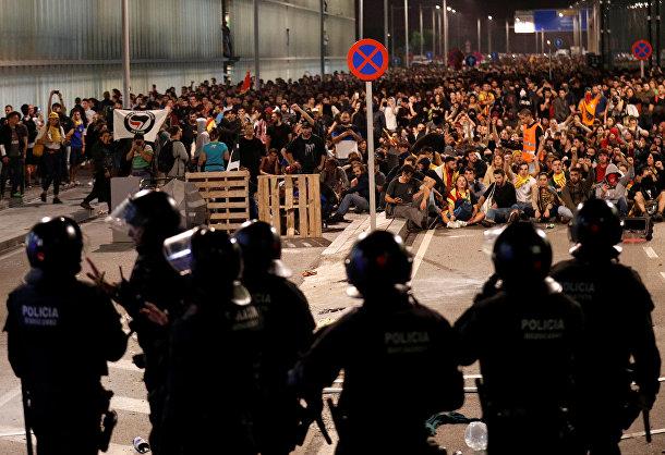 Сотрудники полиции охраняют порядок во время демонстрации в Барселоне