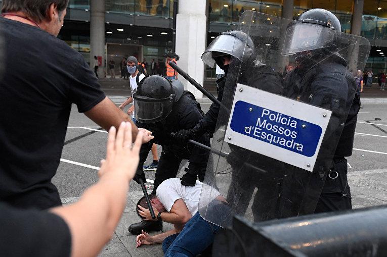 Протестующие во время столкновений с полицией в Барселоне