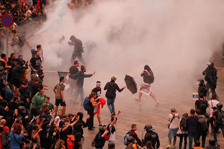 Участники протестов в Барселоне