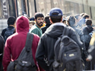 Сирийские мигранты на железнодорожном вокзале в Дании на пути в Швецию