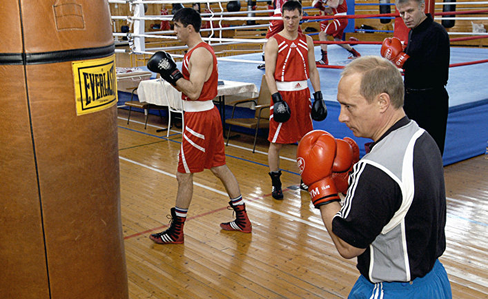 Президент РФ Владимир Путин у боксерской груши