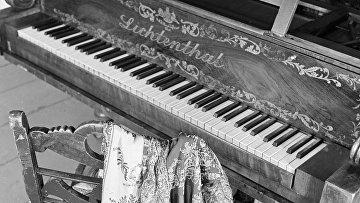 Шаль княгини Волконской возле фортепиано в Доме-музее декабристов