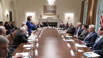 Президент США Дональд Трамп и спикер палаты представителей Нэнси Пелоси во время встречи в Белом доме в Вашингтоне
