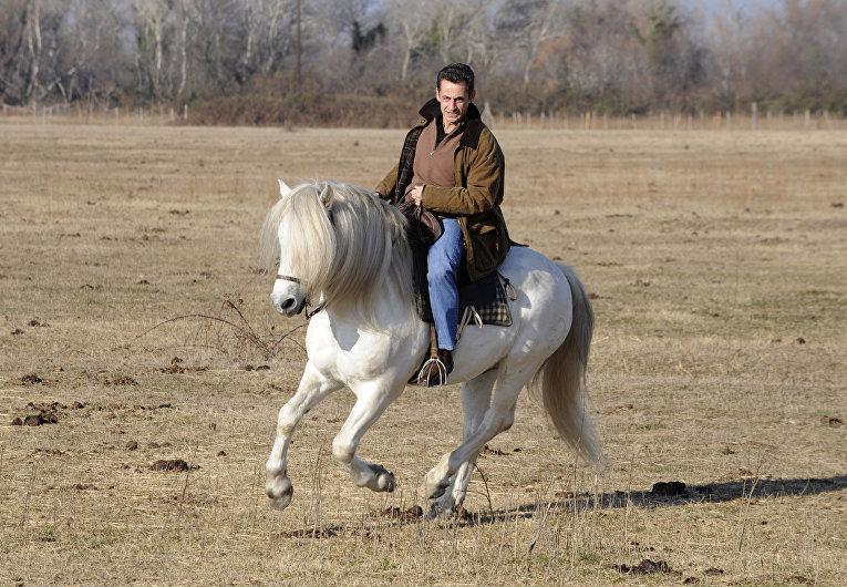 Президент Франции Николя Саркози верхом на лошади