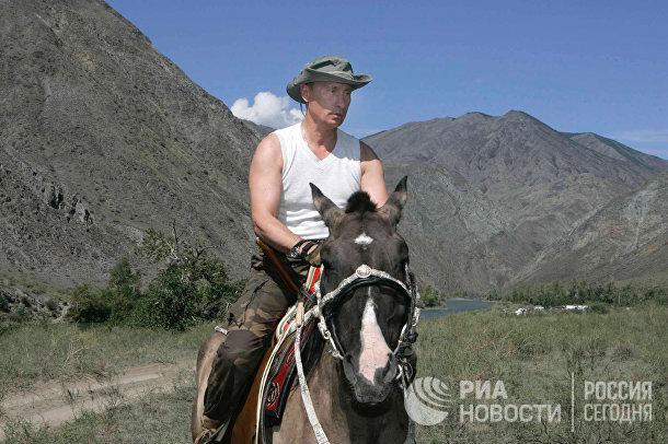 Президент России Владимир Путин во время конной прогулки