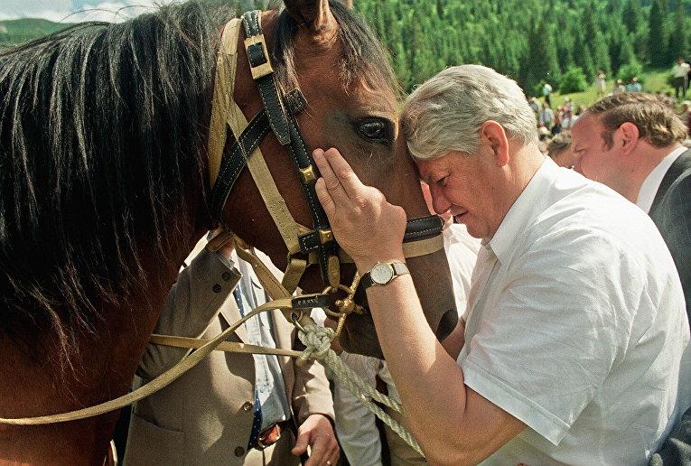 Президент России Борис Ельцин во время визита в Долину цветов