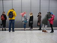 Пассажиры настанции «Раменки» Московского метрополитена