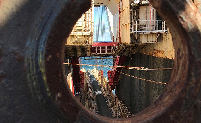 Глубоководный трубоукладочный корабль Allseas Solitaire прокладывает трубы для газопровода Nord Stream 2 в Балтийском море