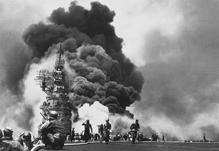 Авианосец «Банкер-Хилл» горит после попадания в него камикадзе, вид с полётной палубы