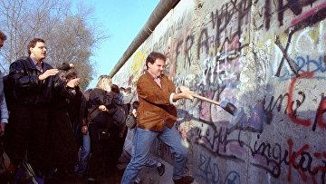Жители Западного Берлина разрушают Берлинскую стену возле Потсдамской площади
