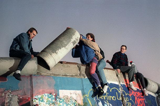 Жители Западного Берлина разбирают Берлинскую стену 16 ноября 1989 года