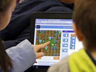 Дети играют в компьютерные игры