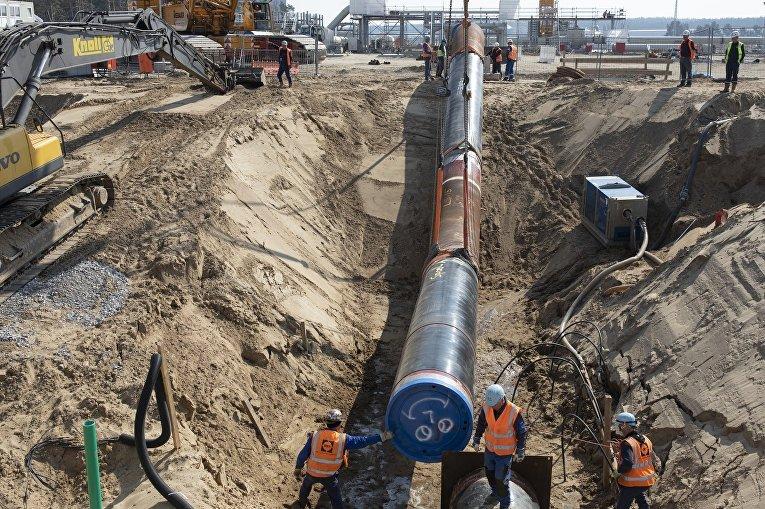 Установка криволинейных участков газопровода на строительной площадке в Любмине