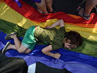 Ребенок отдыхает во время гей-парада